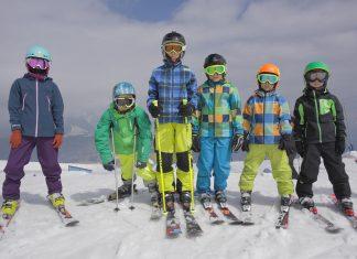 діти на лижах